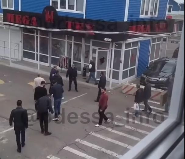 За даними поліції, на ринку була спроба розбійного нападу / скріншот з відео