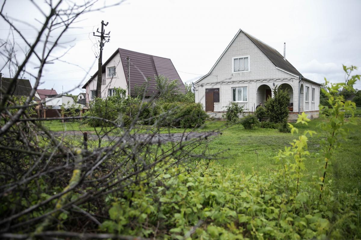С крыльца этого дома вели стрельбу / фото УНИАН