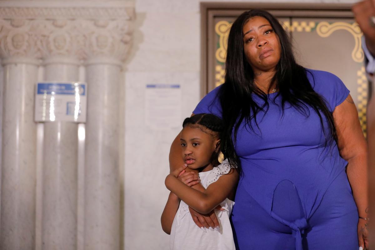 Рокси Вашингтон с дочерью убитого полицейскими Джона Флойда / фото REUTERS
