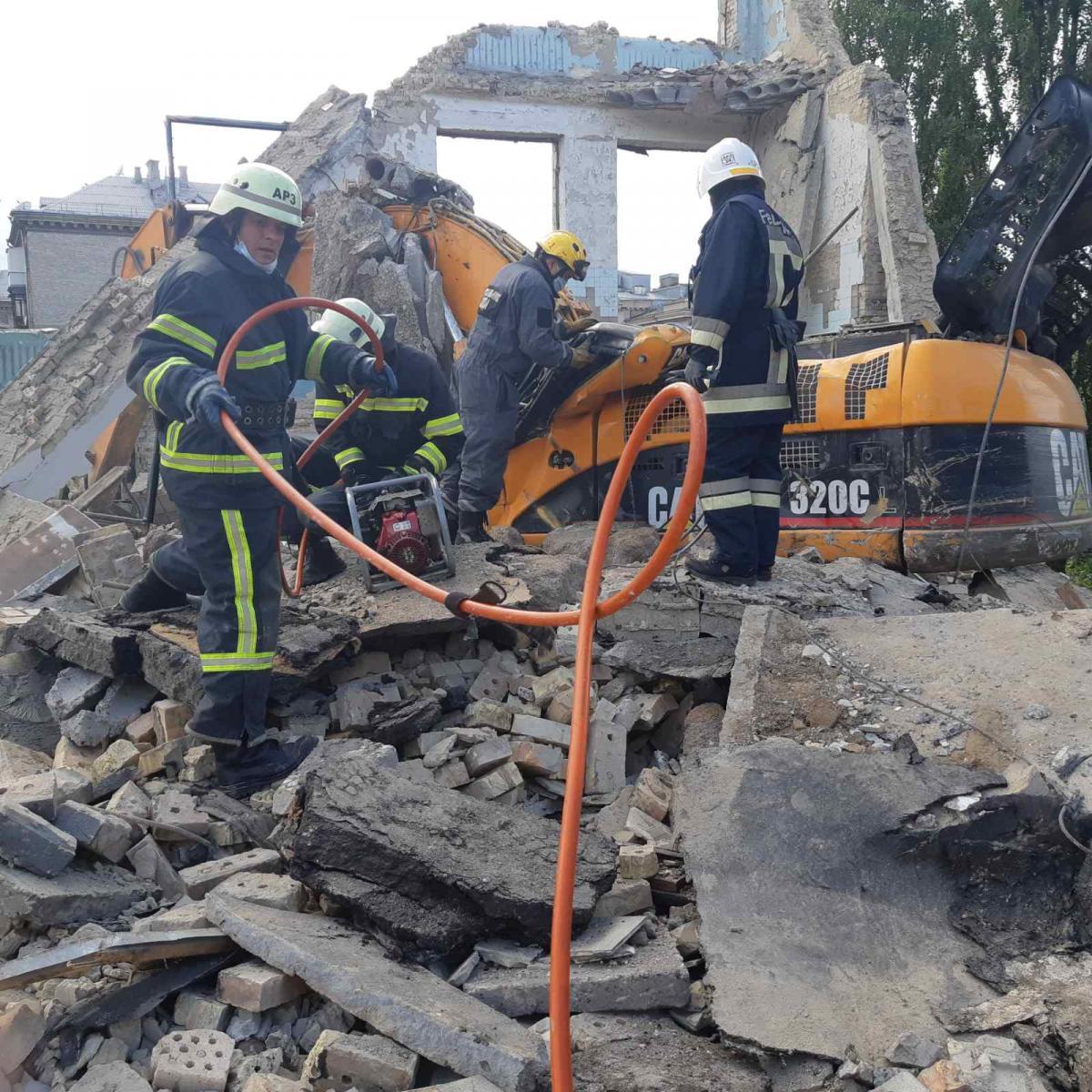 В Киеве во время обрушения бетонной плиты погиб человек / фото ГСЧС