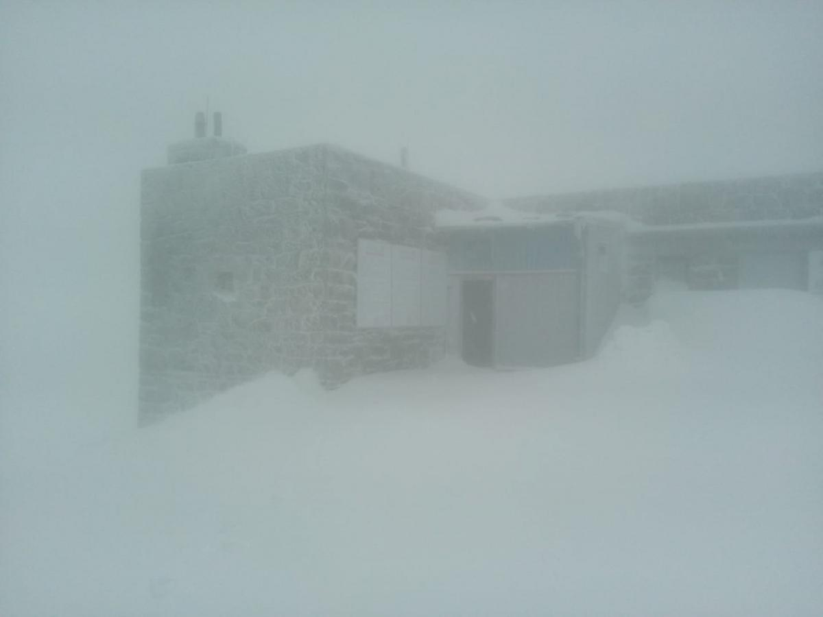 Карпаты продолжает засыпать снегом / facebook.com/chornogora.rescue112
