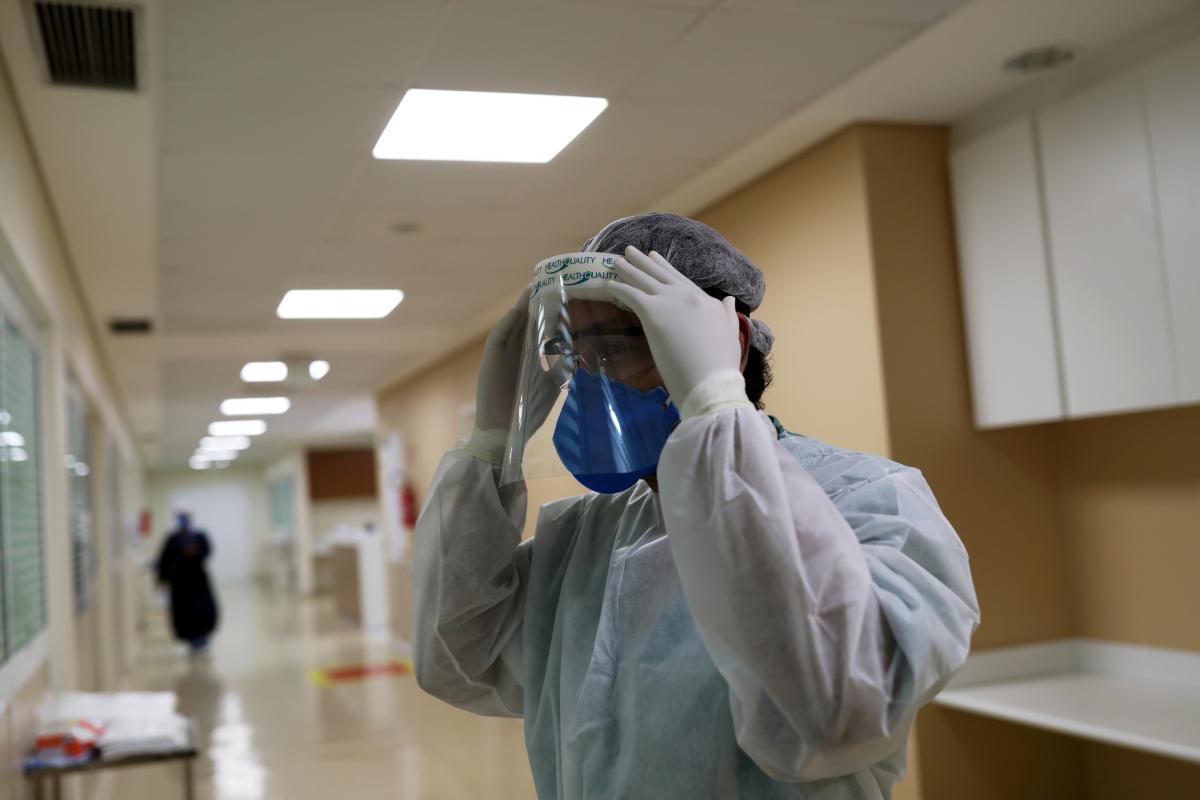 Число жертв коронавируса растет / REUTERS