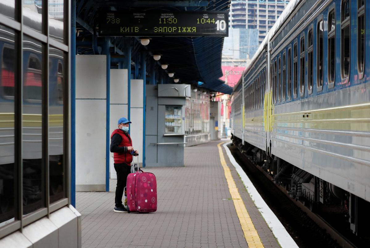 У Запоріжжі чотири вантажні вагони зійшли з рейок, тому пасажирські рейси змінили маршрути / фото REUTERS