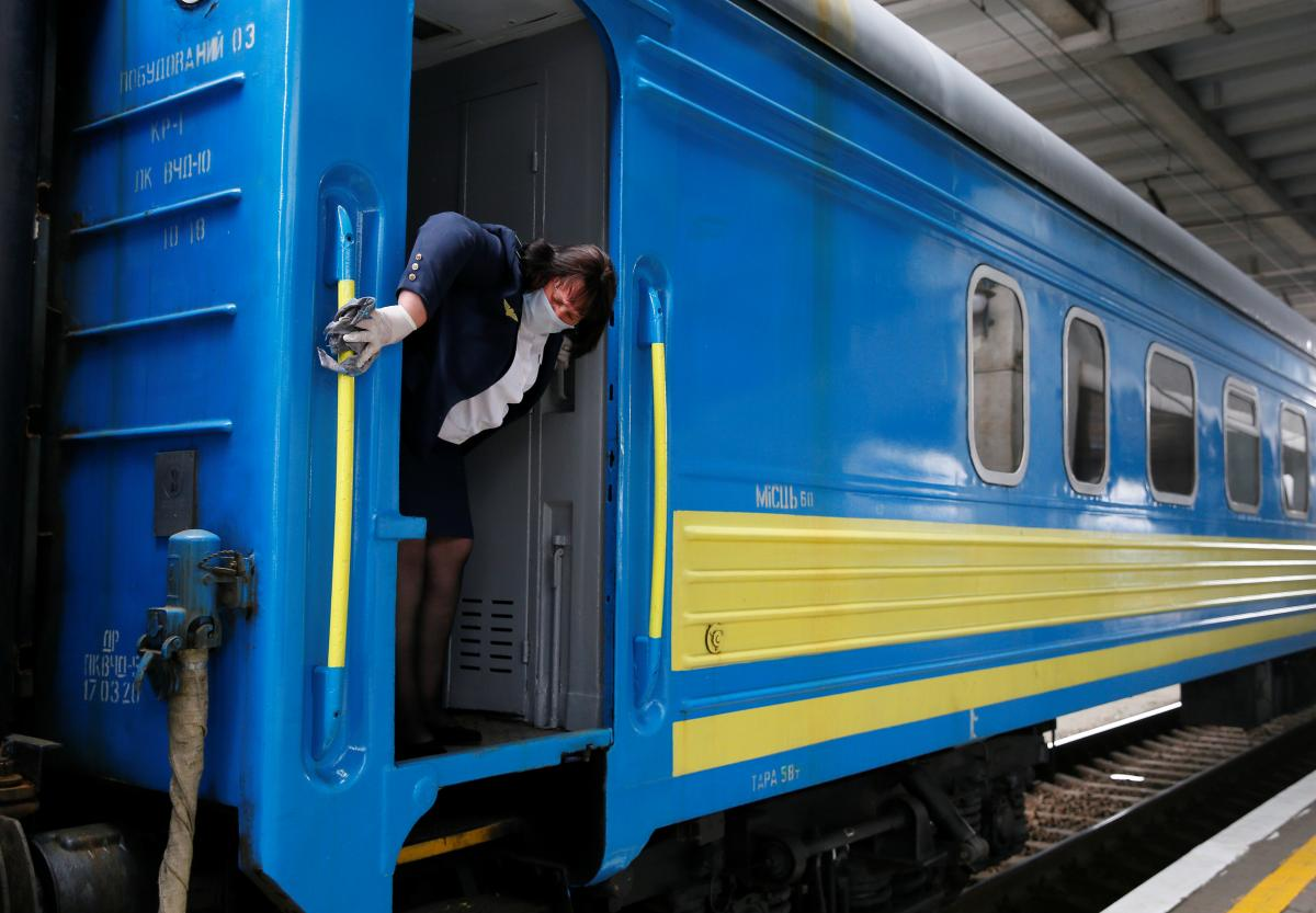 По состоянию на 25 февраля «Укрзализныця» приостановила продажу билетов на поезда, следующие в Ивано-Франковскую область и обратно / Иллюстрация REUTERS