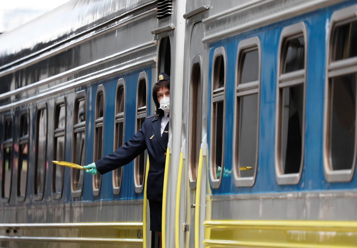Укрзализныця с 11 апреля возобновляет полноценное курсирование поездов дальнего сообщения в Закарпатскую область / фото REUTERS