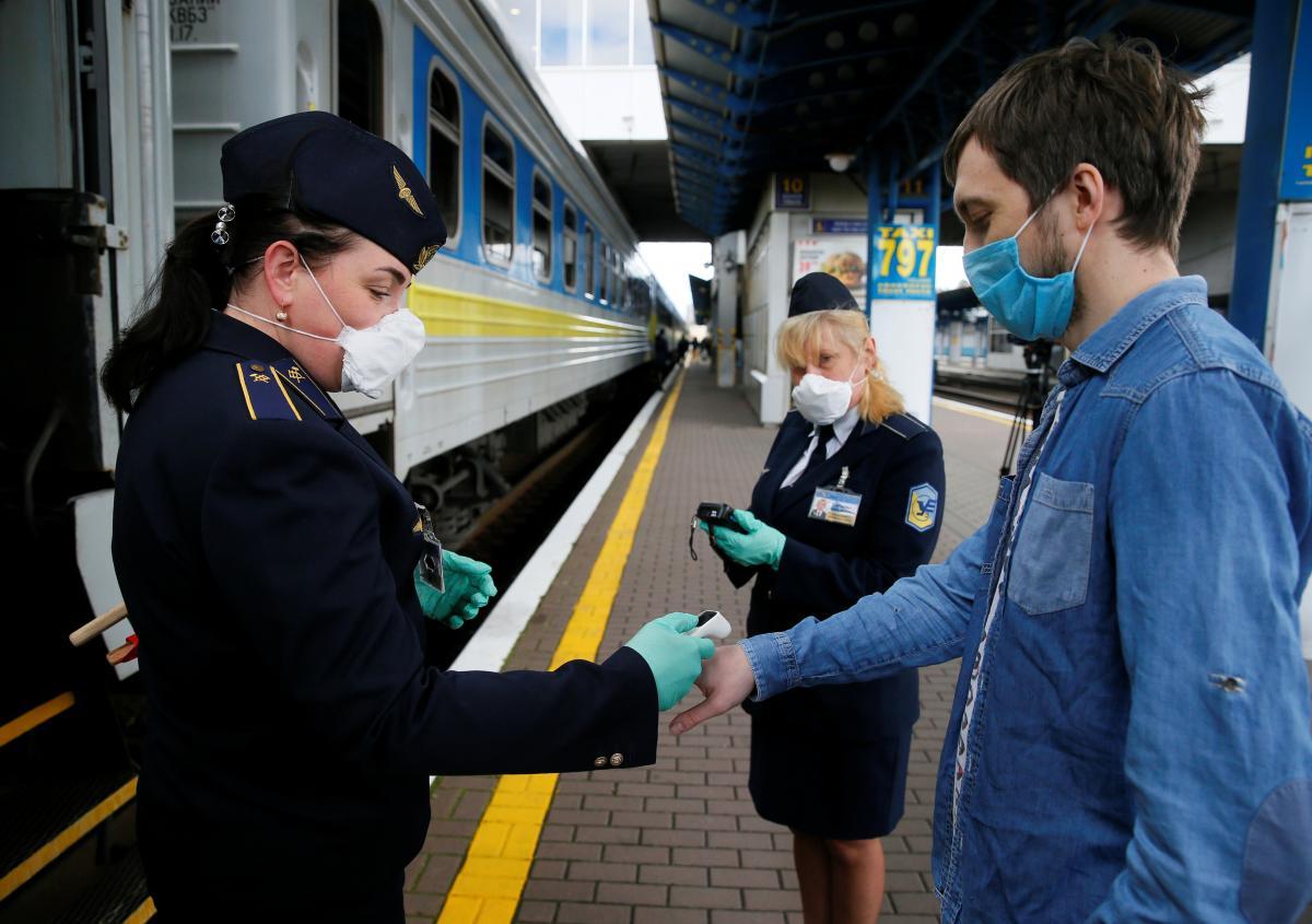 Пассажиры массово жалуются на жару в украинских поездах / фото REUTERS