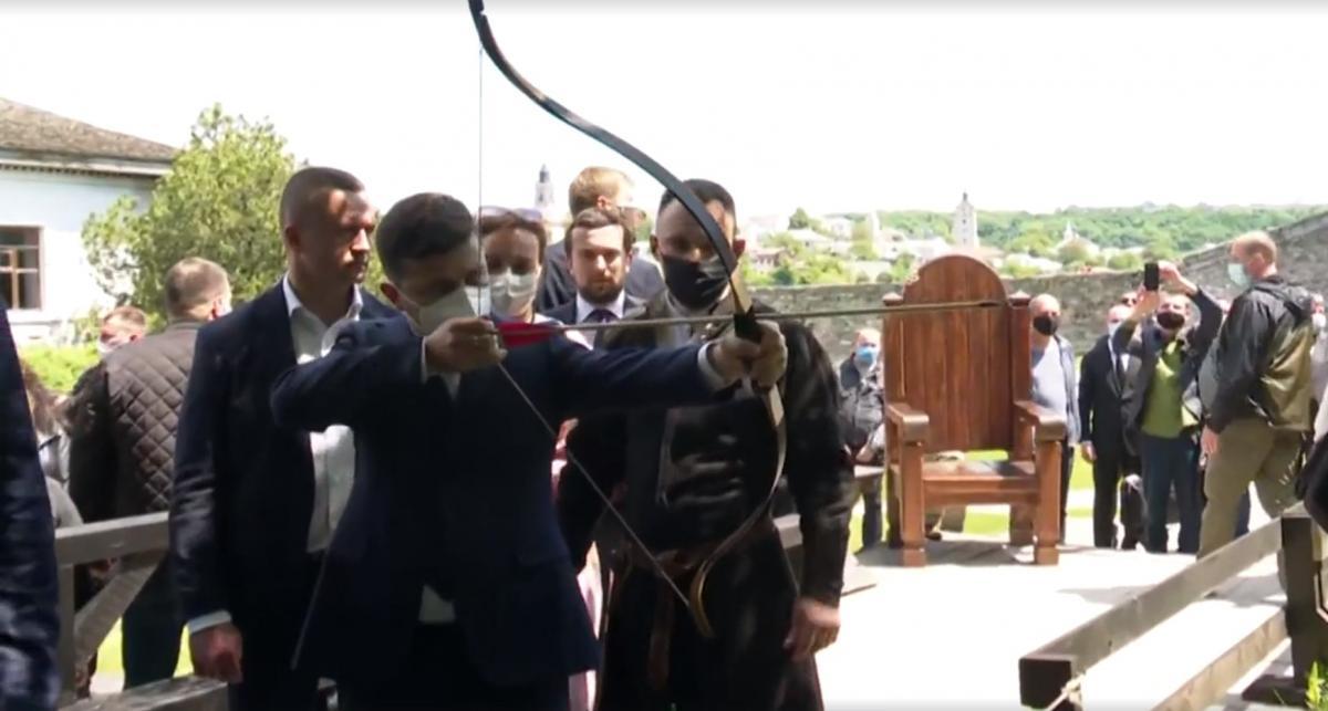 Зеленський влучив у ногу намальованому кабану / скріншот з відео