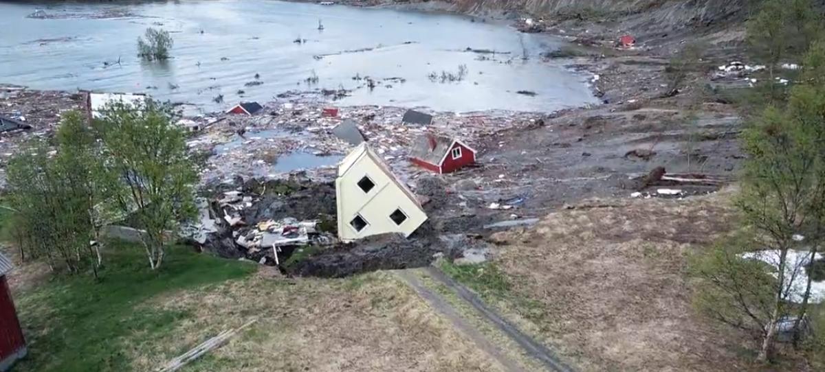 Оползень в Норвегии снес в море восемь домов / nrk.no
