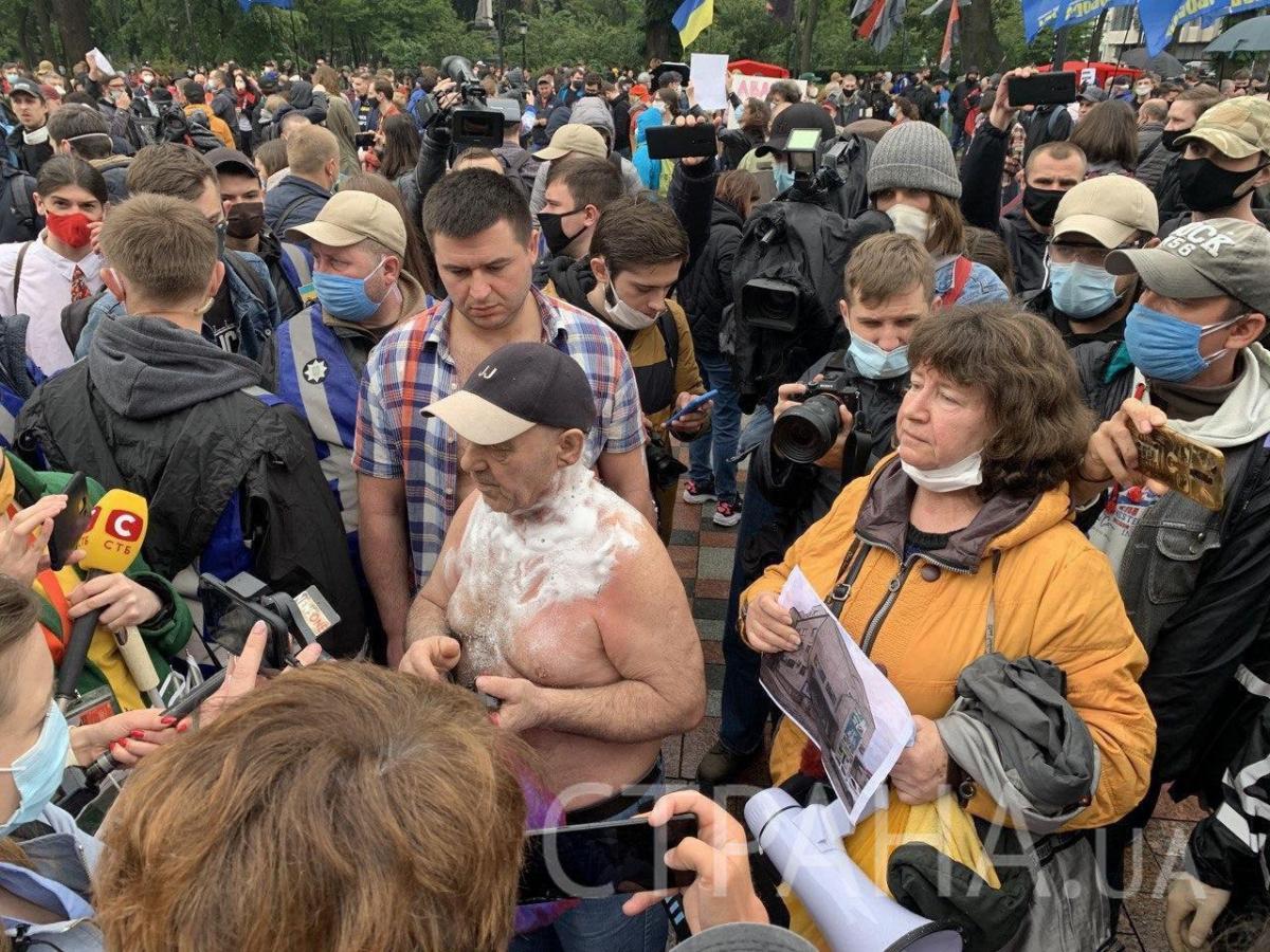 Совершить самосожжение ему не дали/ фото: Страна.ua