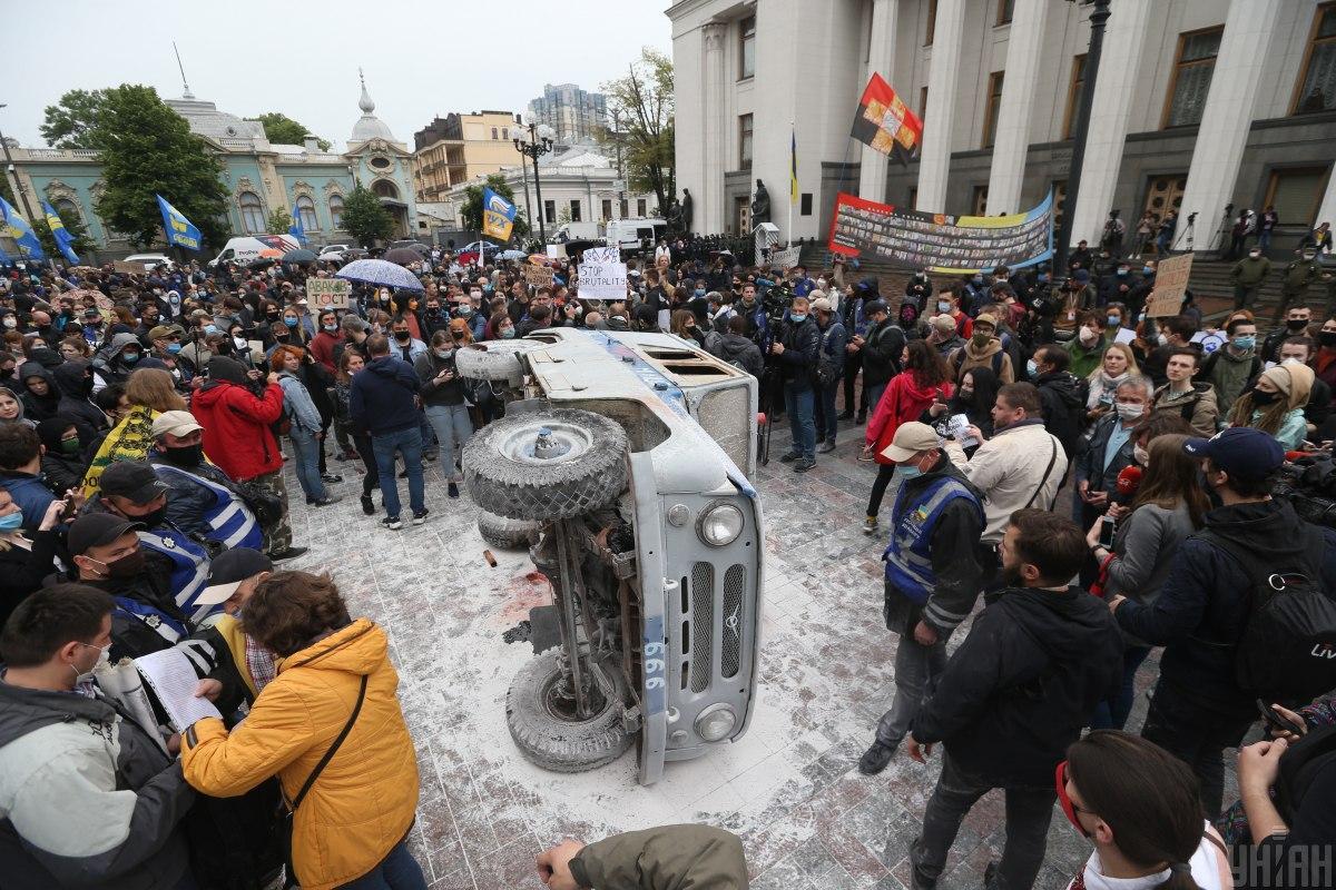 """Під Радою мітингувальники перевернули міліцейський """"бобік"""" / фото УНІАН"""