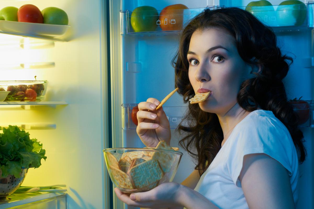 Почему в холодильнике горит лампочка, а в морозилке света нет. Фото: ua.depositphotos.com