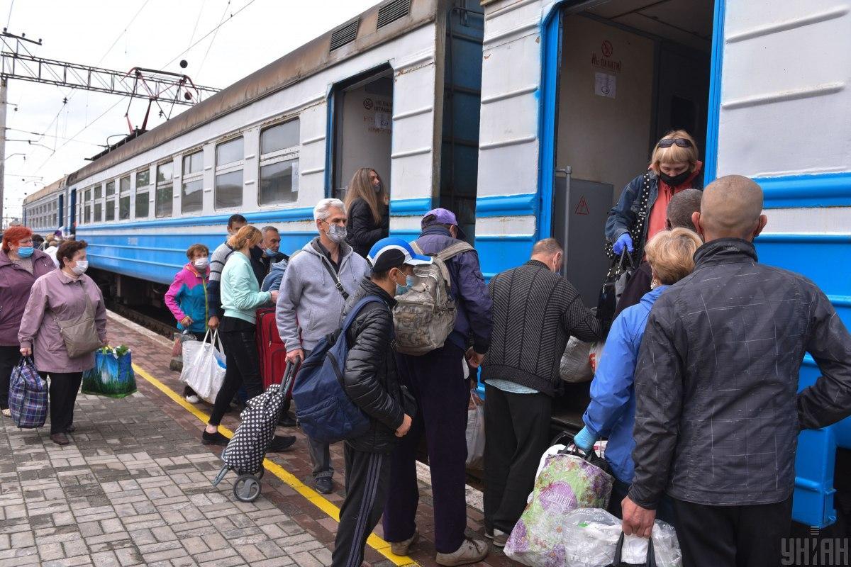 """""""Укрзалізниця""""з 1 червня запустила рух 439 приміських поїздів / фото УНІАН"""