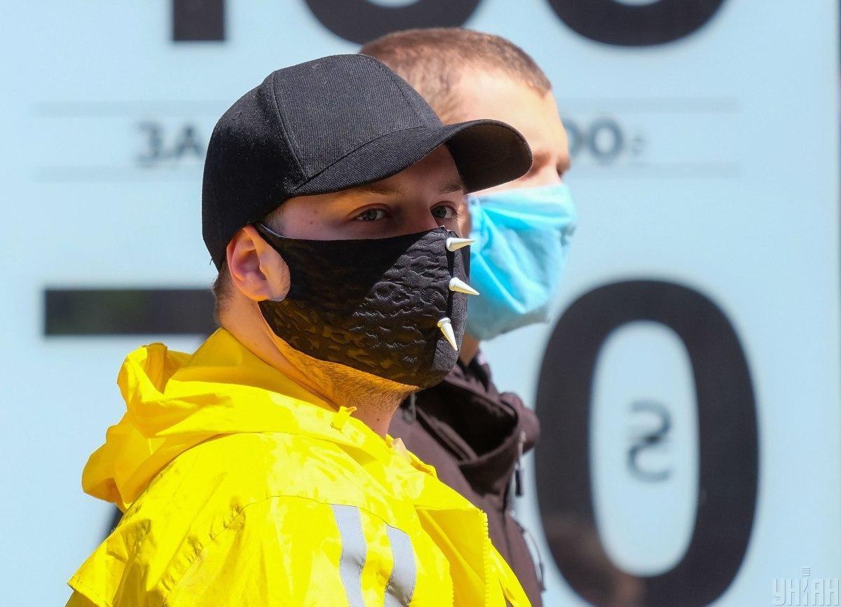 Врач отметил, что в маске дышать не должно быть тяжело \ фото УНИАН