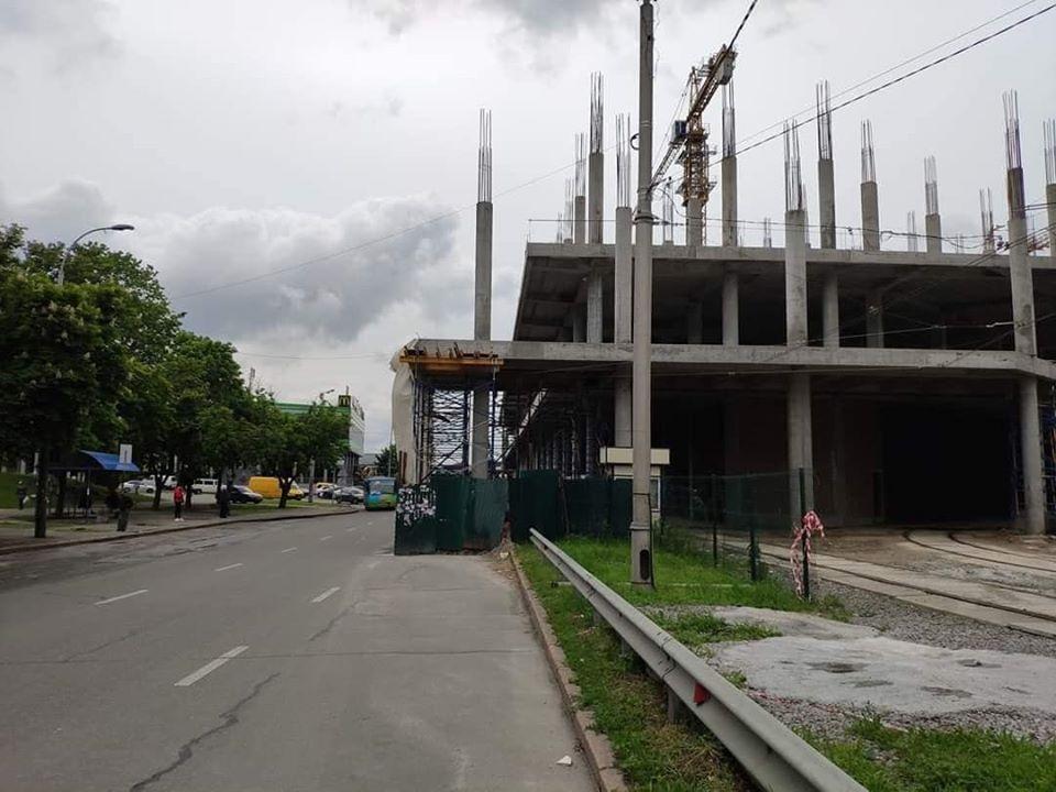 У Києві будують ТЦ прямо на дорозі / фото facebook.com/sergonaumovich
