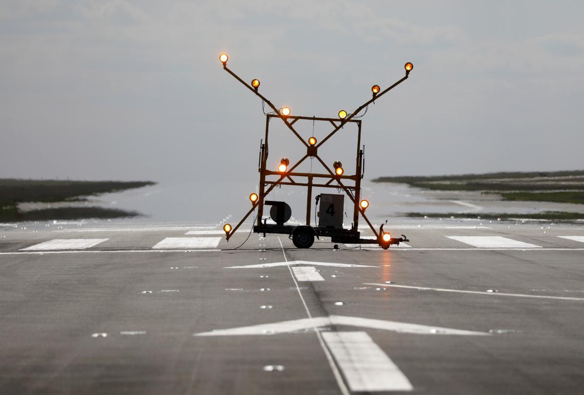 На полосе установят новое светосигнальное оборудование и инструментальную систему посадки / Иллюстрация REUTERS