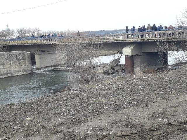 Мост в Лысовцах Тернопольской области частично обвалился в феврале 2019 года/ фото ternopil.depo.ua