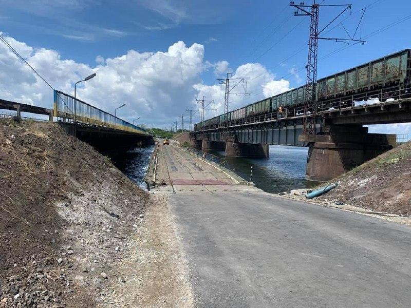 Рядом с разрушенным мостом в Алексеевке открыли понтонную переправу/ фото Служба автомобильных дорог в Днепропетровской области