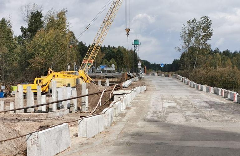 В прошлом году было начато строительство нового моста через реку Желонь/ фото zhzh.info