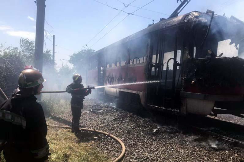 В Кривом Роге загорелся вагон скоростного трамвая / фото ГСЧС