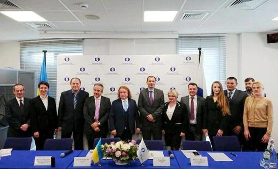 Засновник агрохолдингу I&U Group Сергій Тарасов (у центрі) та представники ЄБРР на підписанні договору на будівництво біогазового комплексу восени 2018 року