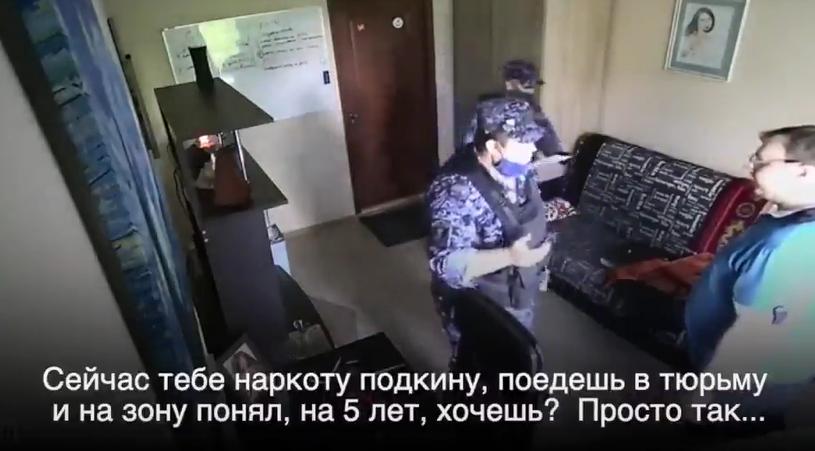 """В России """"грвардейцы"""" угрожали мужчине / Скриншот"""