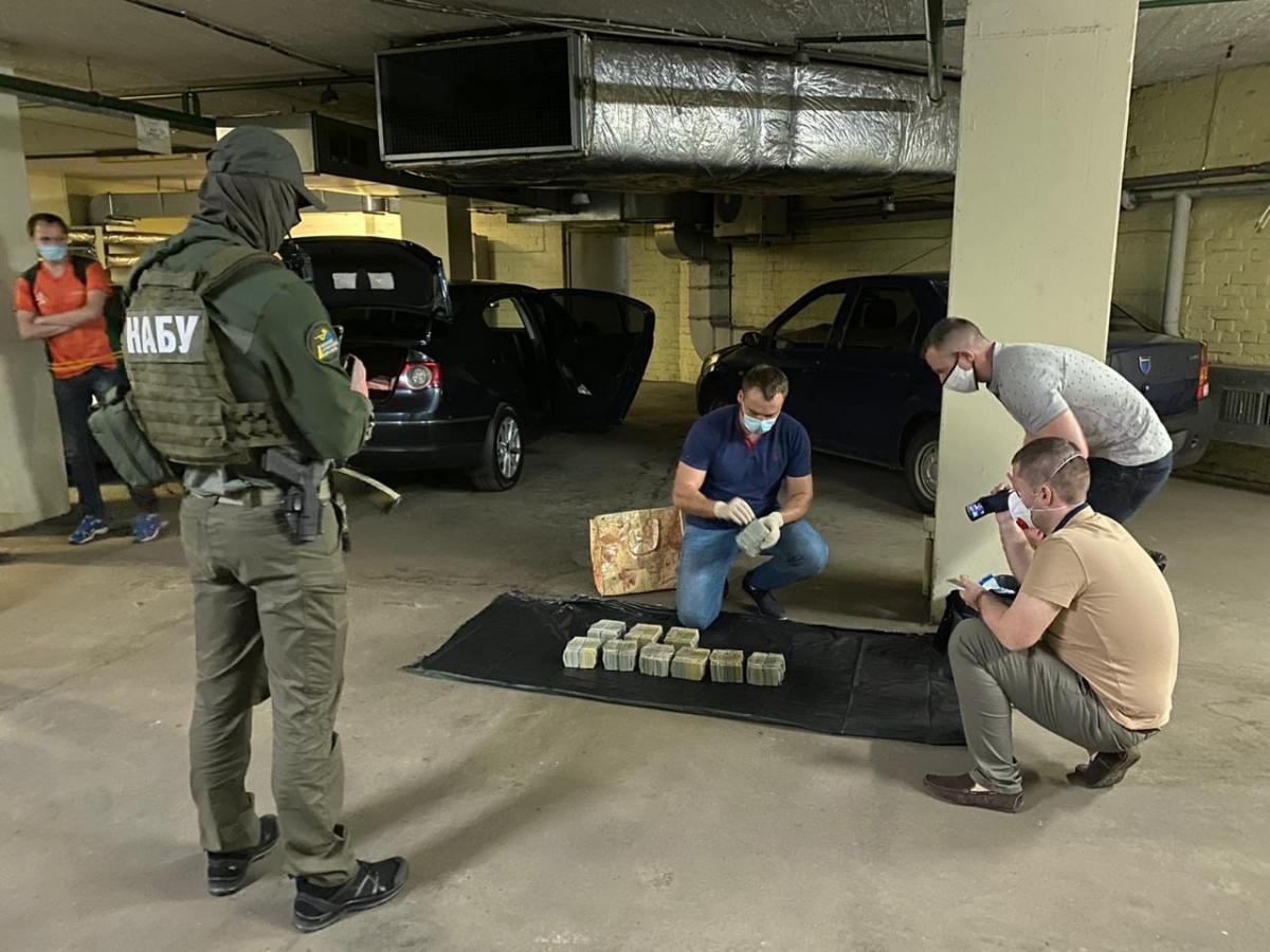 12 июня задержали троих человек, которые пытались передать 5 миллионов долларов взятки руководству НАБУ и САП / САП фото