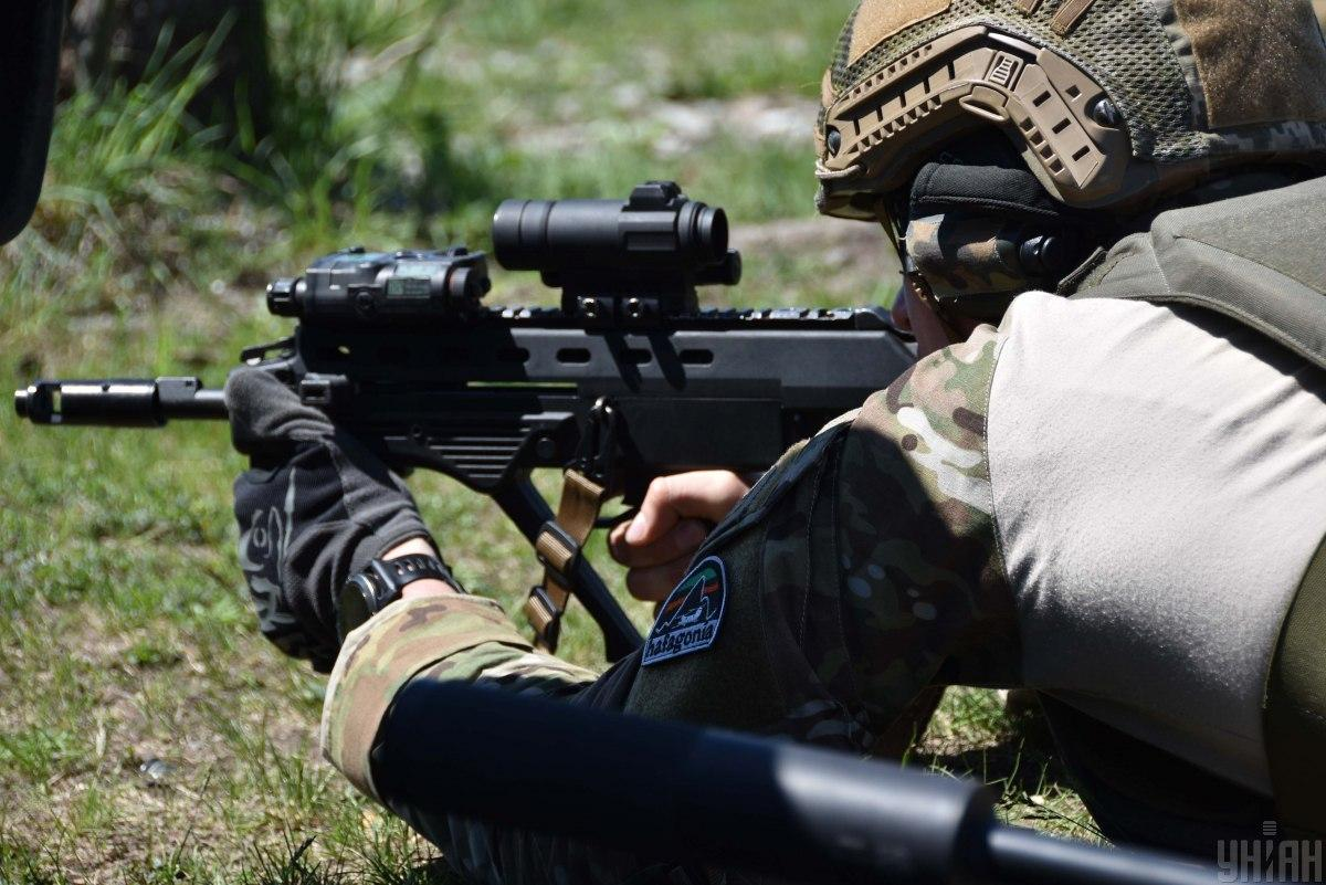 Ukrainian soldiers returned fire, using available weapons / Photo from UNIAN