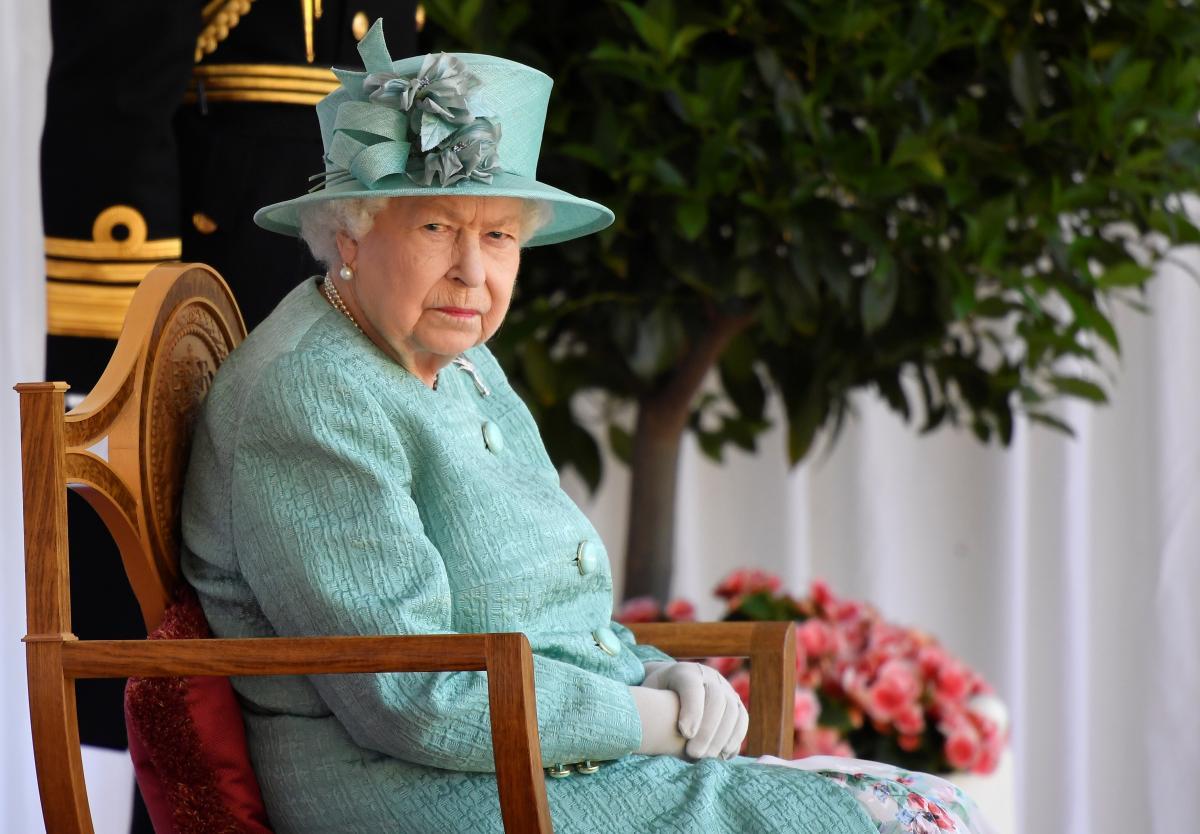 Королева приняла у бывшего лорда Чемберлена камергерский жезл и другие знаки отличия \ фото REUTERS