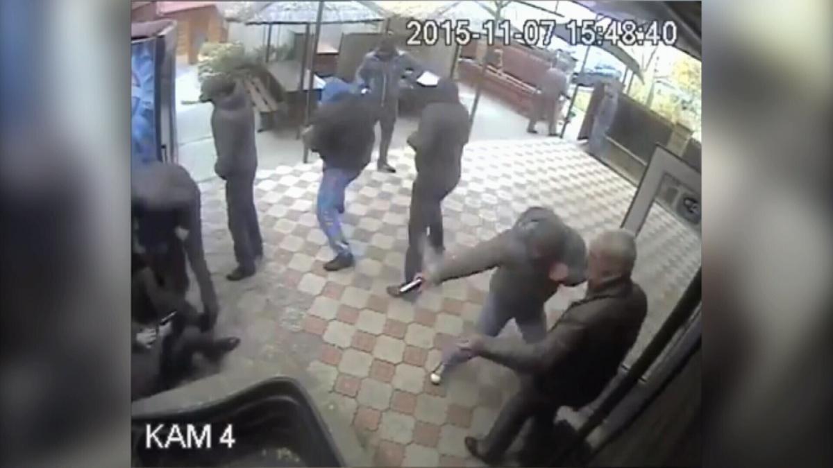 Як Сергія Панкратова збивають з ніг, штрикають ножами та стріляють в голову, а він обороняється, як може, потрапило на відео камер спостереження / скріншот