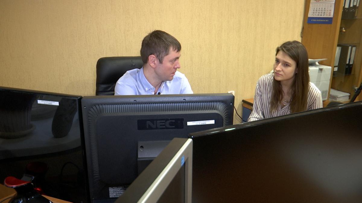 Виконавчий директор лабораторії комп'ютерної криміналістики Сергій Денисенко натякає, що продавати бази даних злочинцям можуть співробітники банків