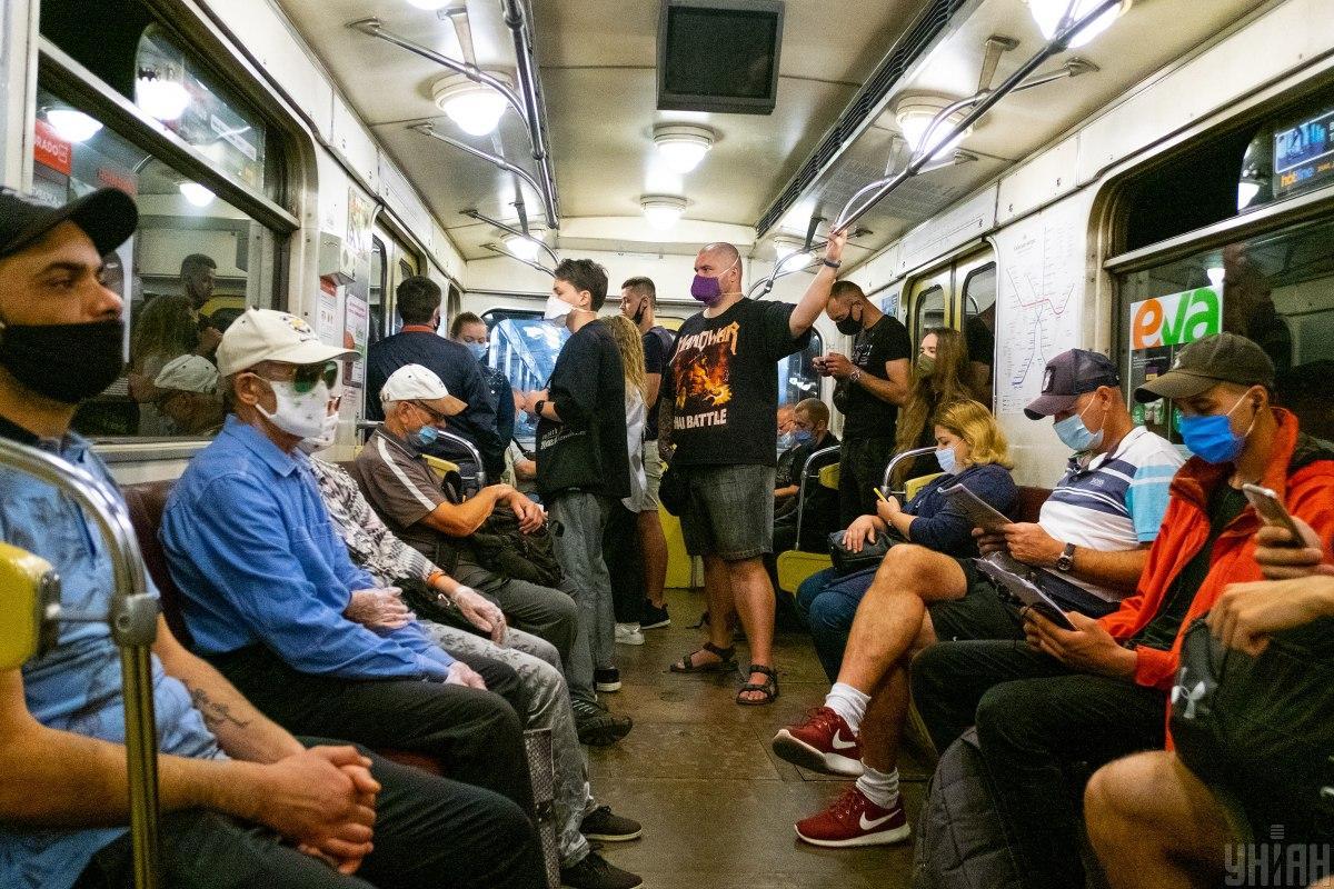 Маска в помещениях и транспорте является обязательным атрибутом / фото УНИАН