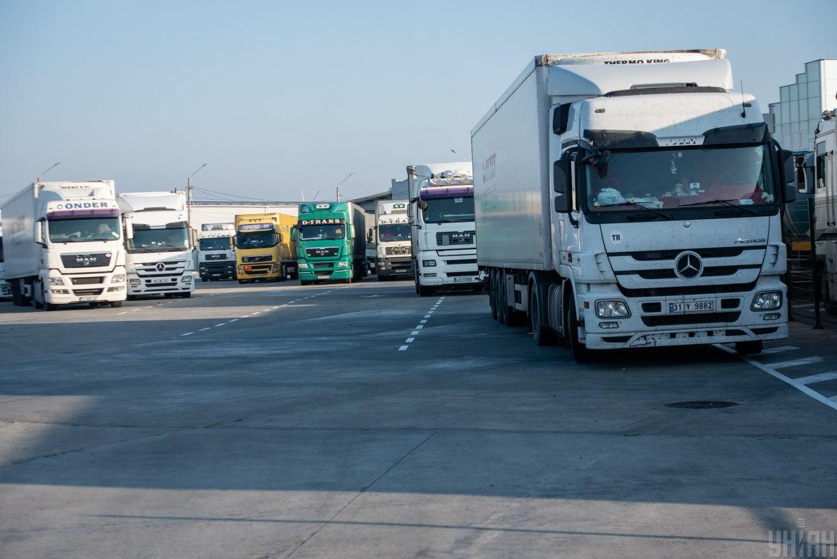 Движение грузовиков в жару ограничили / фото УНИАН Владимир Гонтар