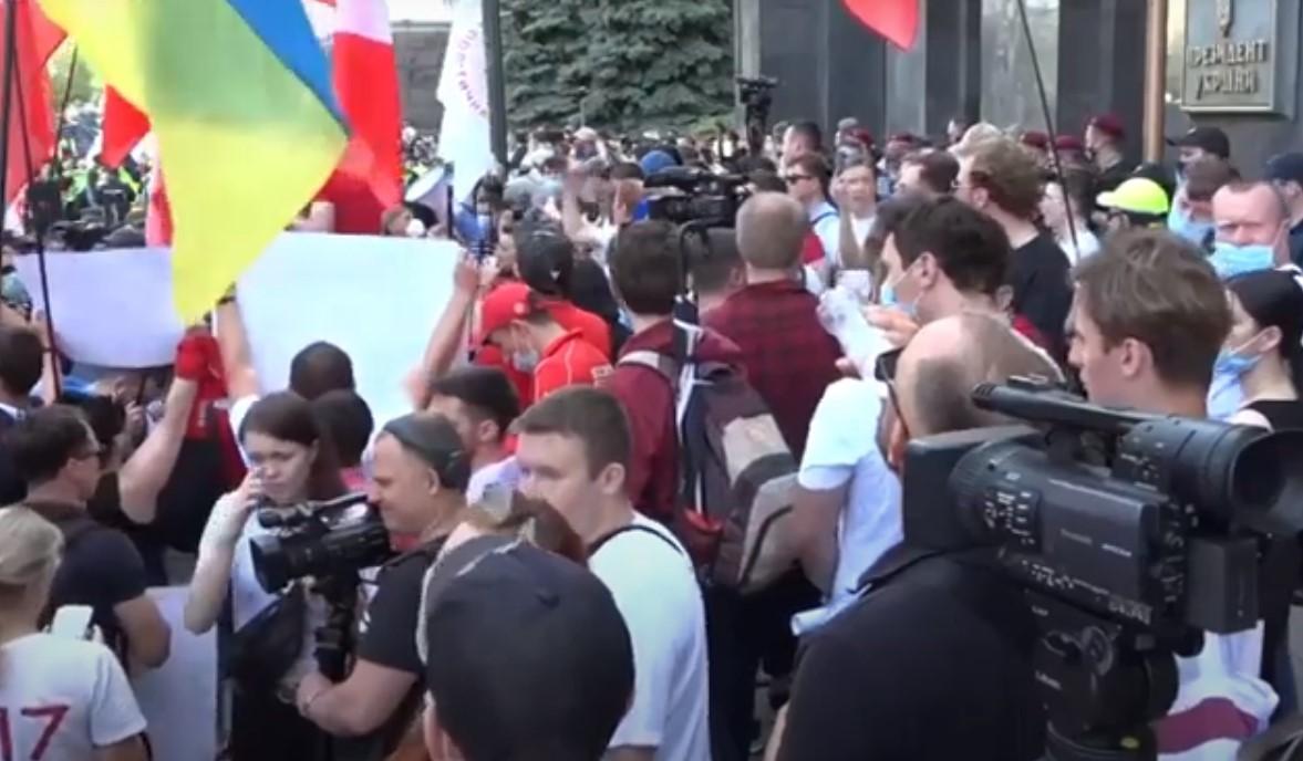 Сторонники Шария собрались под Офисом президента / Скриншот