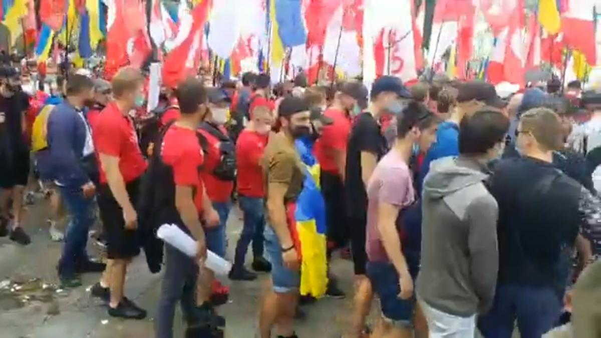The law enforcers widened the distance between the two rallies to about 50 meters / screenshot