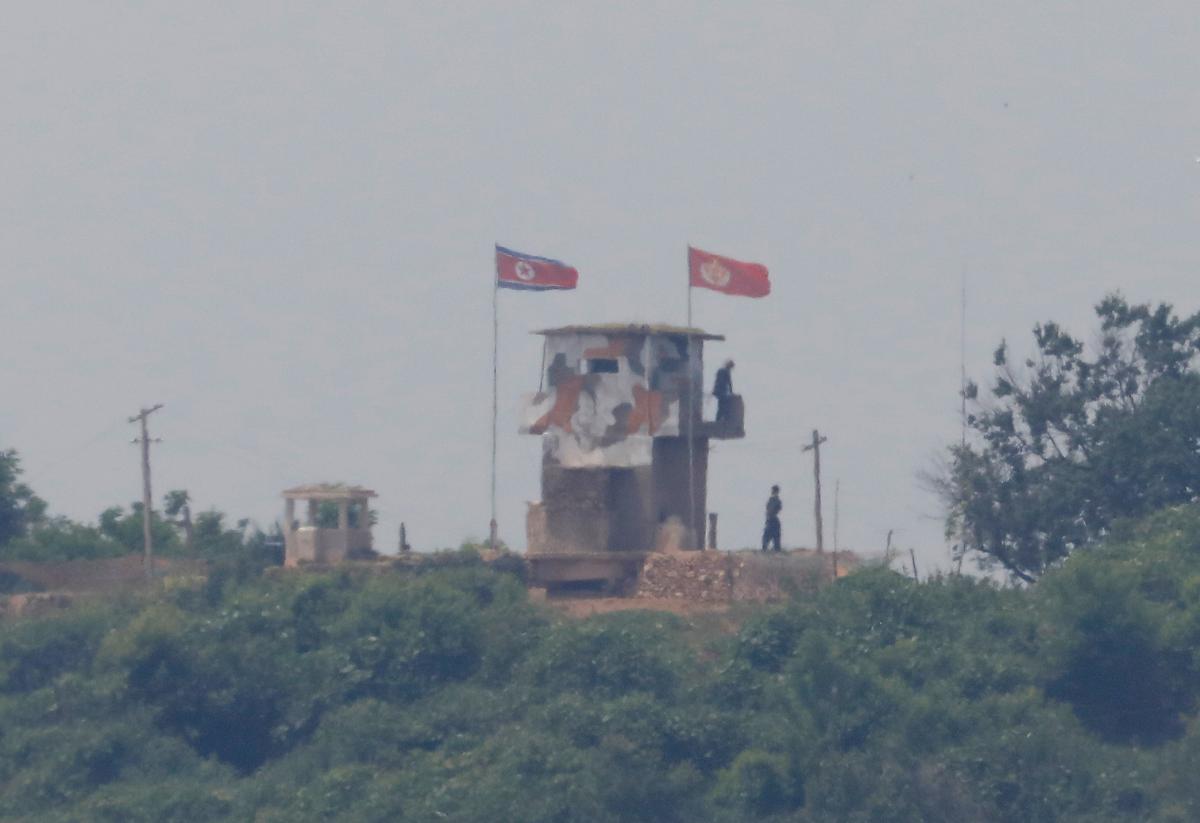 Северокорейскиесолдатынаохранныхукреплениях/ фото REUTERS