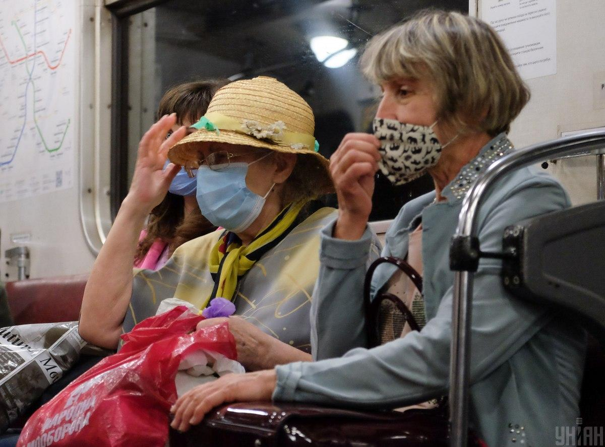 Люди неправильно носят маски в транспорте / фото УНИАН