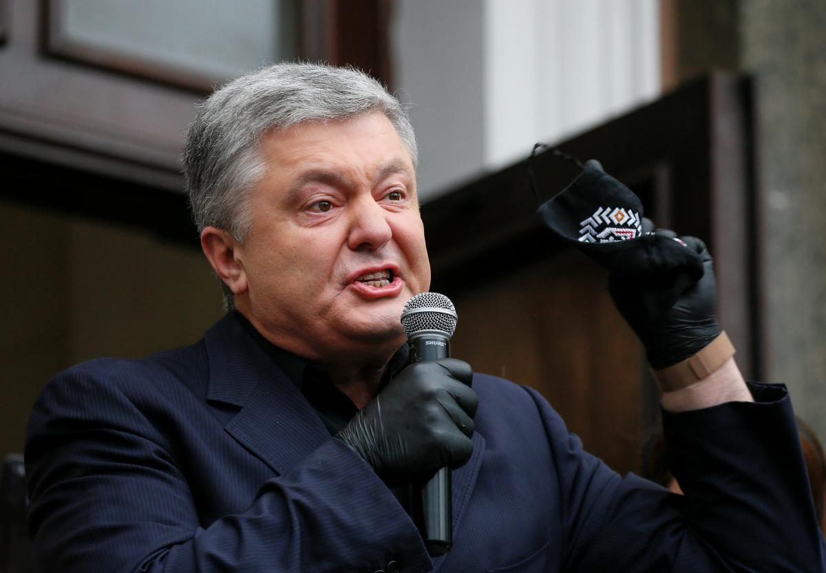 Петр Порошенко под Печерским райсудом / фото REUTERS