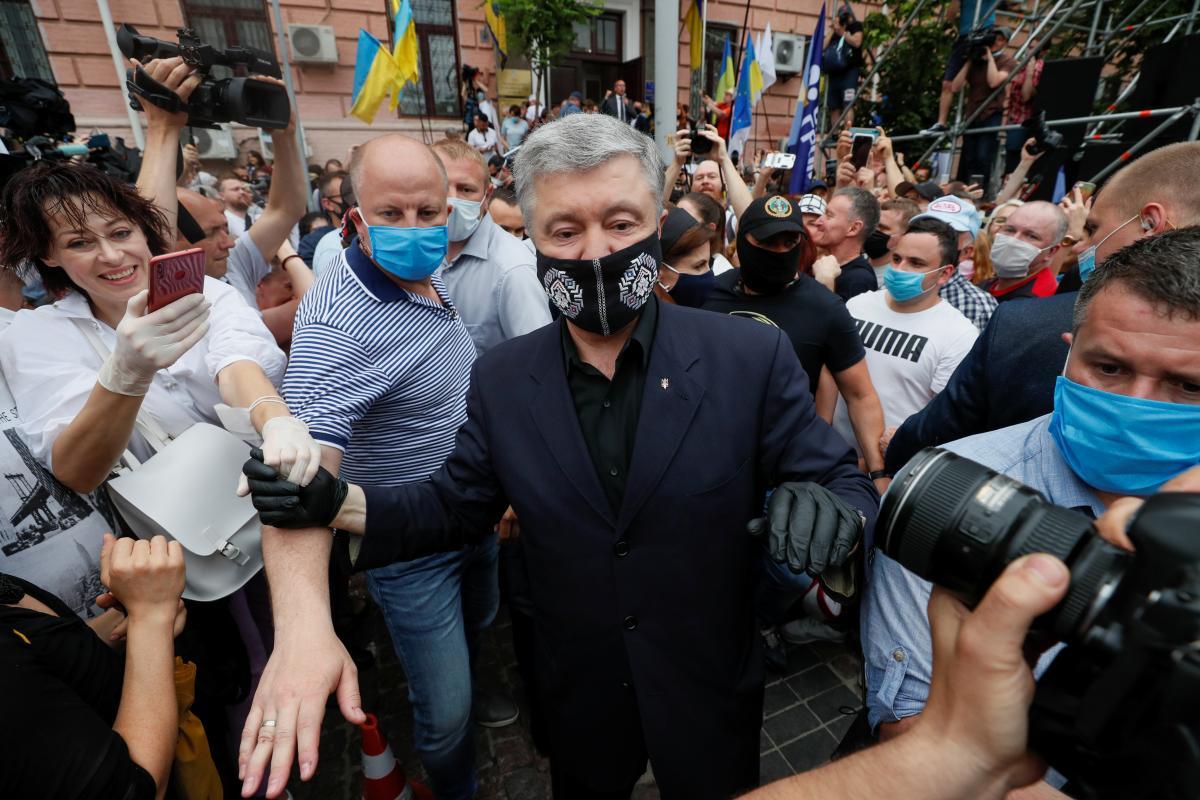 Петро Порошенко з прихильниками / REUTERS