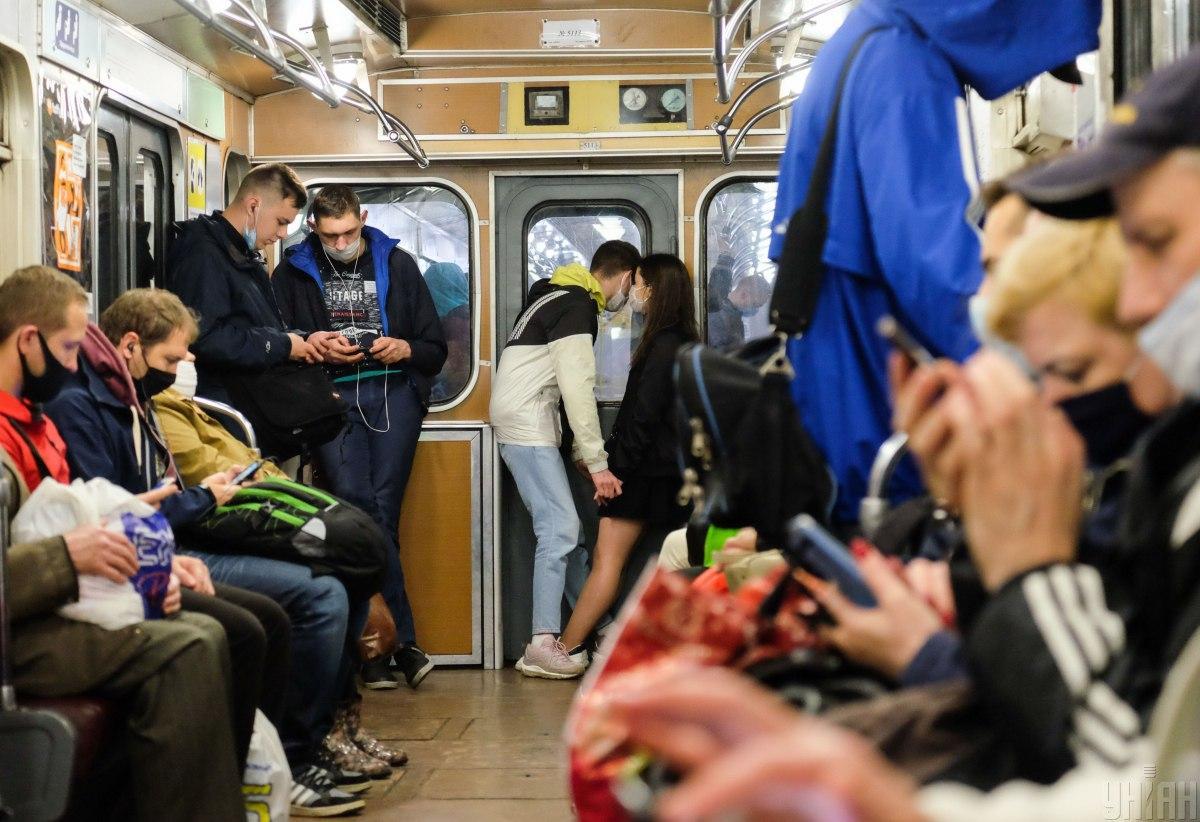 Українці нехтують правилами перебування в громадському транспорті / фото УНІАН