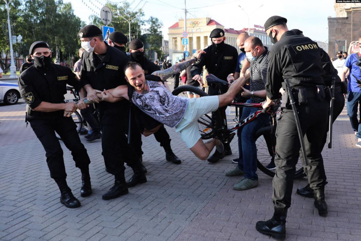 18 июня состоялся почти 7-часовой пикет представителей оппозиции за поддержку арестованныхактивистов / radiosvoboda.org