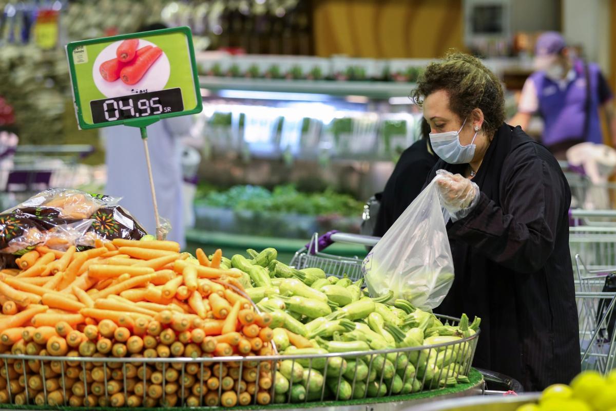 Коронавирус - новости - можно ли заразиться COVID-19 от продуктов в супермаркете: отвечает врач / Иллюстрация REUTERS