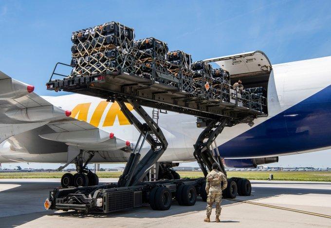 Оружие грузят военнослужащие ВВС США, приписанные к авиабазе Довер/ фото US_TRANSCOM