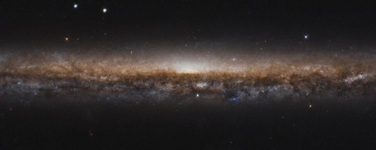 Галактика NGC 5907 / фото ESA/Hubble & NASA, R. de Jong