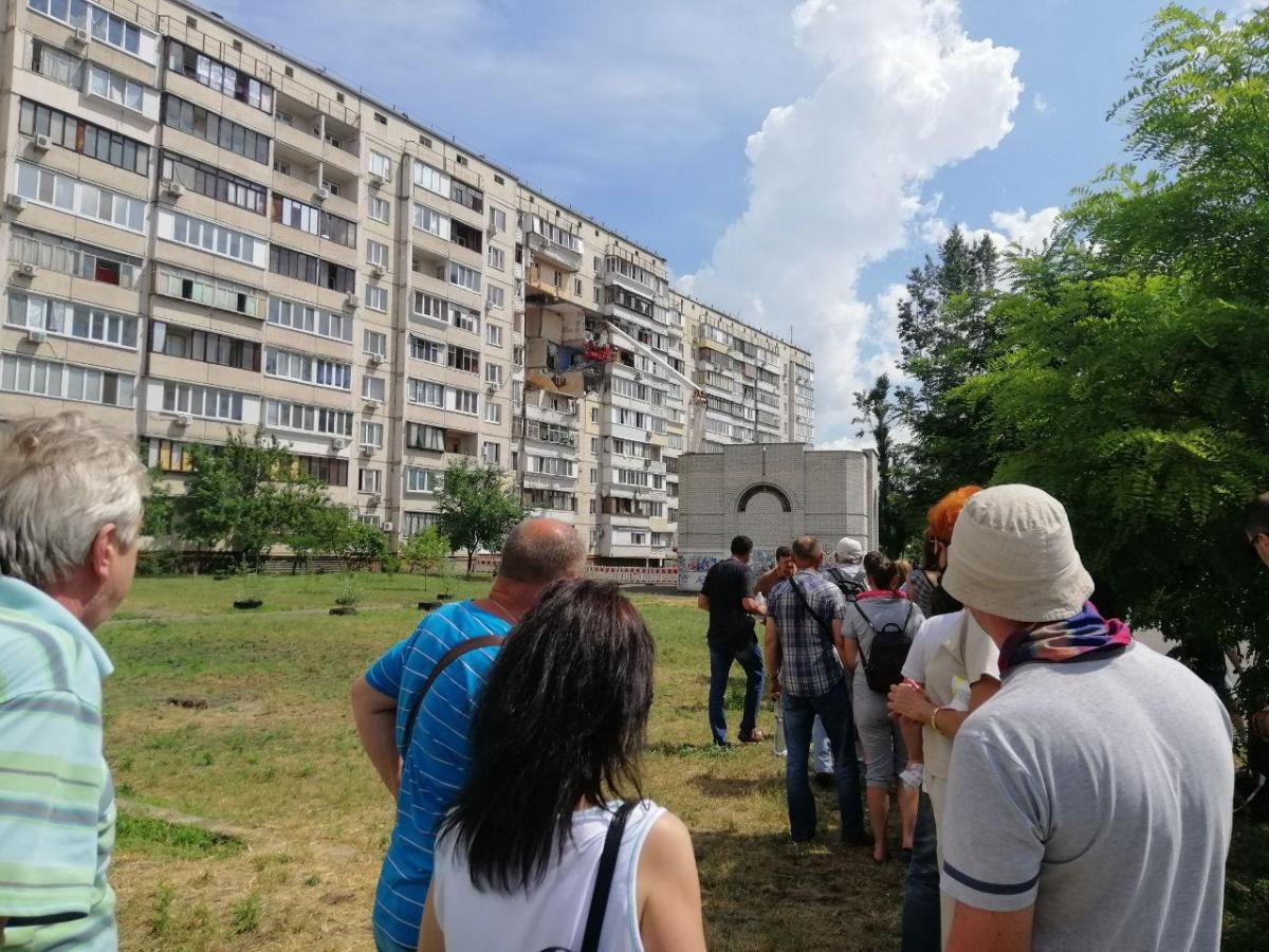 По словам жильцов, в среду спасатели попробуют зайти в квартиры на первых трех этажах, чтобы найти и забрать документы владельцев / Фото УНИАН