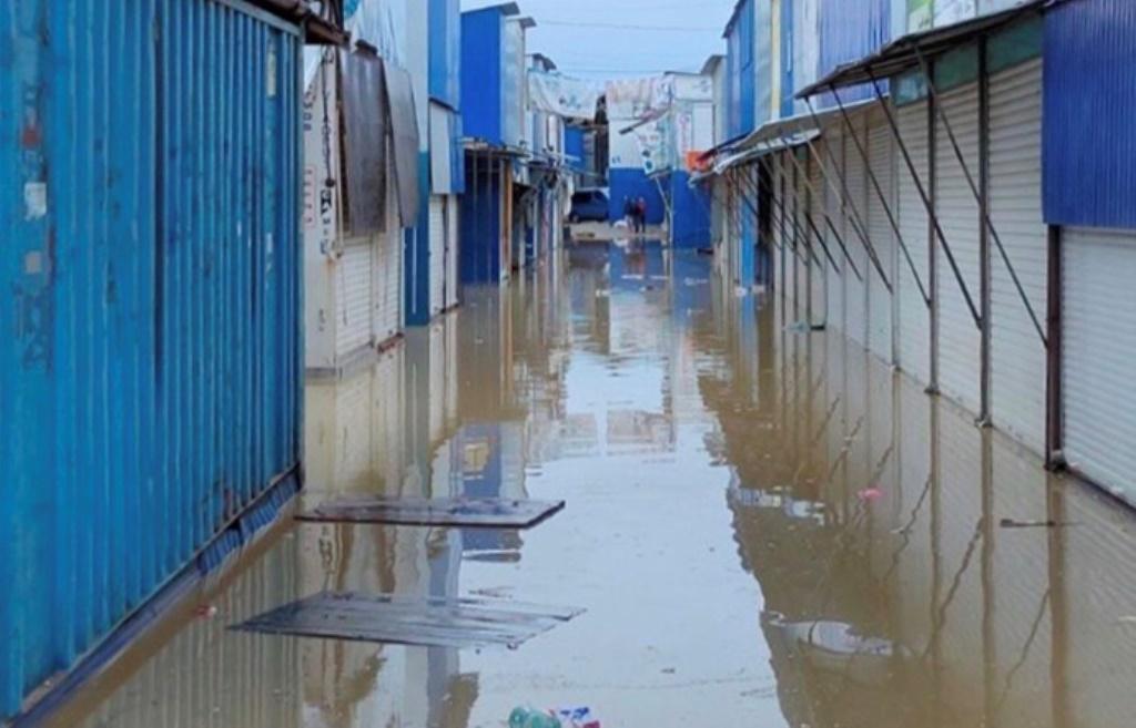 Водой затопило торговые ряды / фото УНИАН