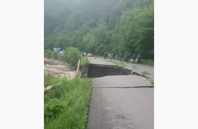 На Закарпатті повінь зруйнувала дорогу / скріншот