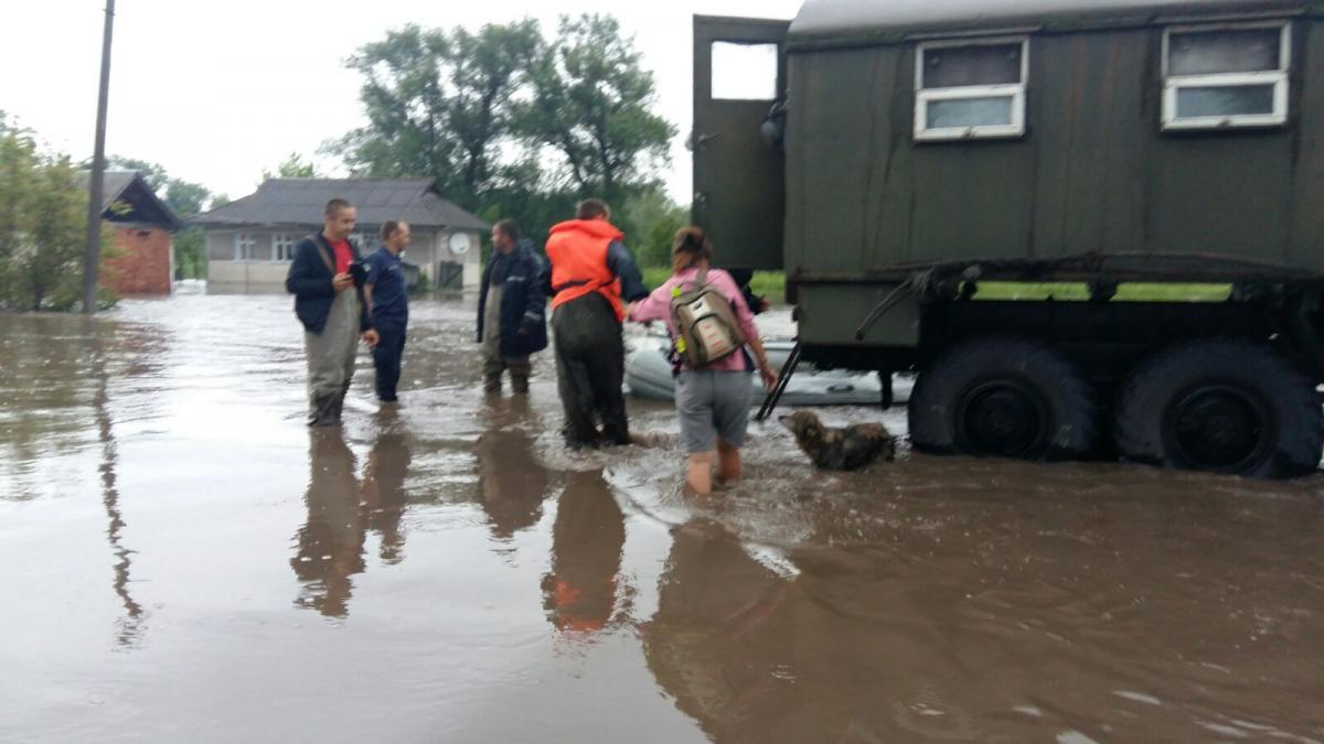 На участках подтопления работает техника для ликвидации последствий стихии / фото ГСЧС