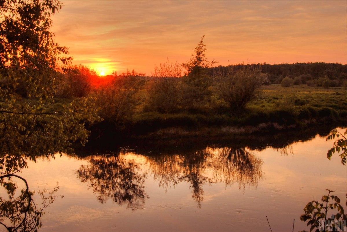 Закат на реке Западный Буг, Львовская область / фото УНИАН