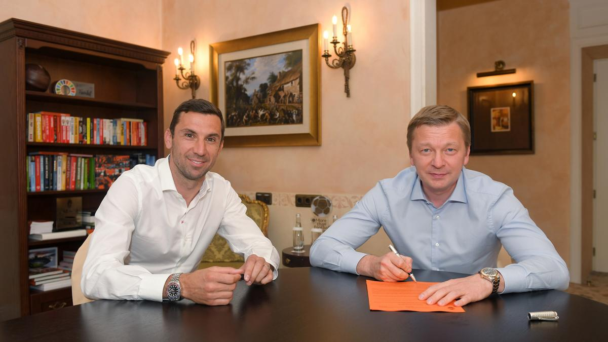 Darijo Srna (left) and FC Shakhtar CEO Sergei Palkin (right) / Photo from shakhtar.com