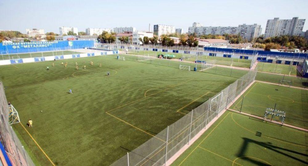 На стадионе Металлист все желающие арендуют мини-поля для игры в футбол / фото kharkov.media